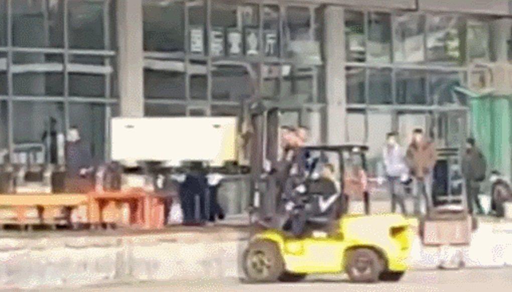 高以翔的遺體疑似裝在木質貨箱裡,用堆高車搬運。圖/高以翔粉絲提供