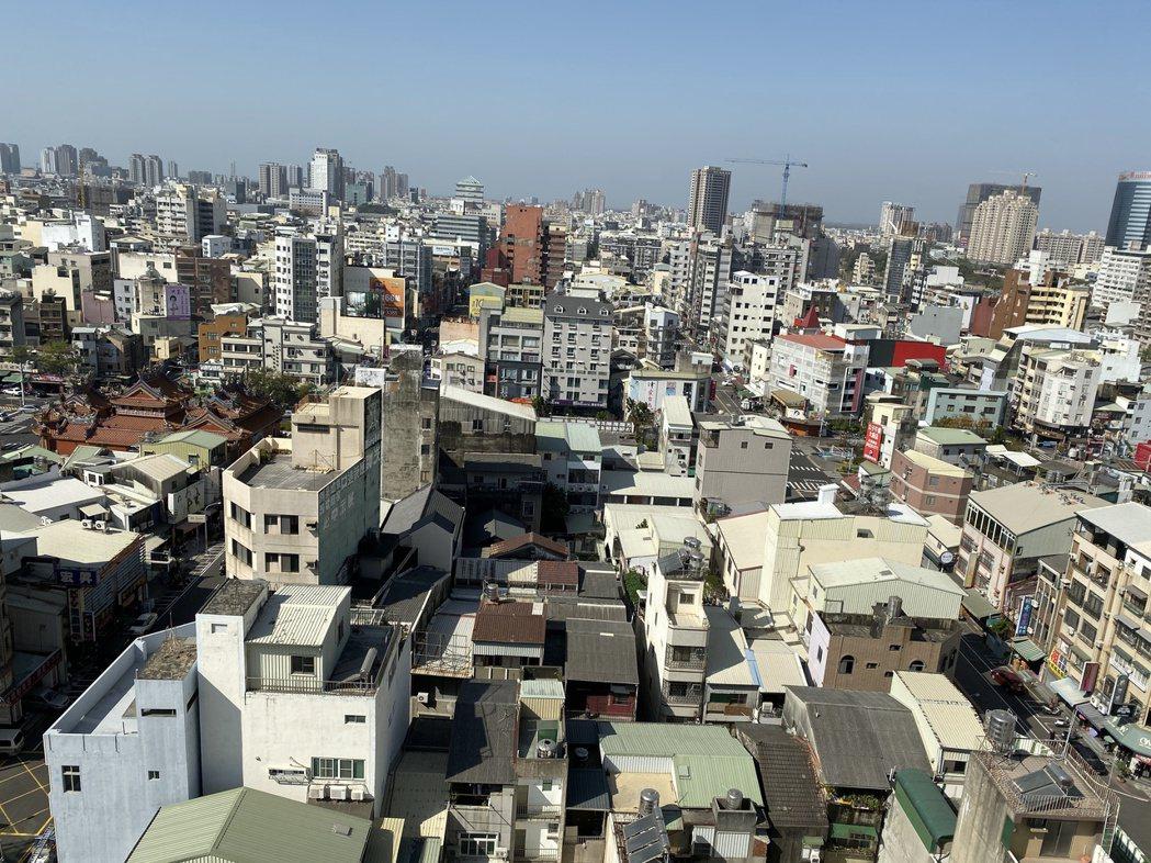 Hotel A的頂樓可以俯瞰台南市區景色。記者修瑞瑩/攝影