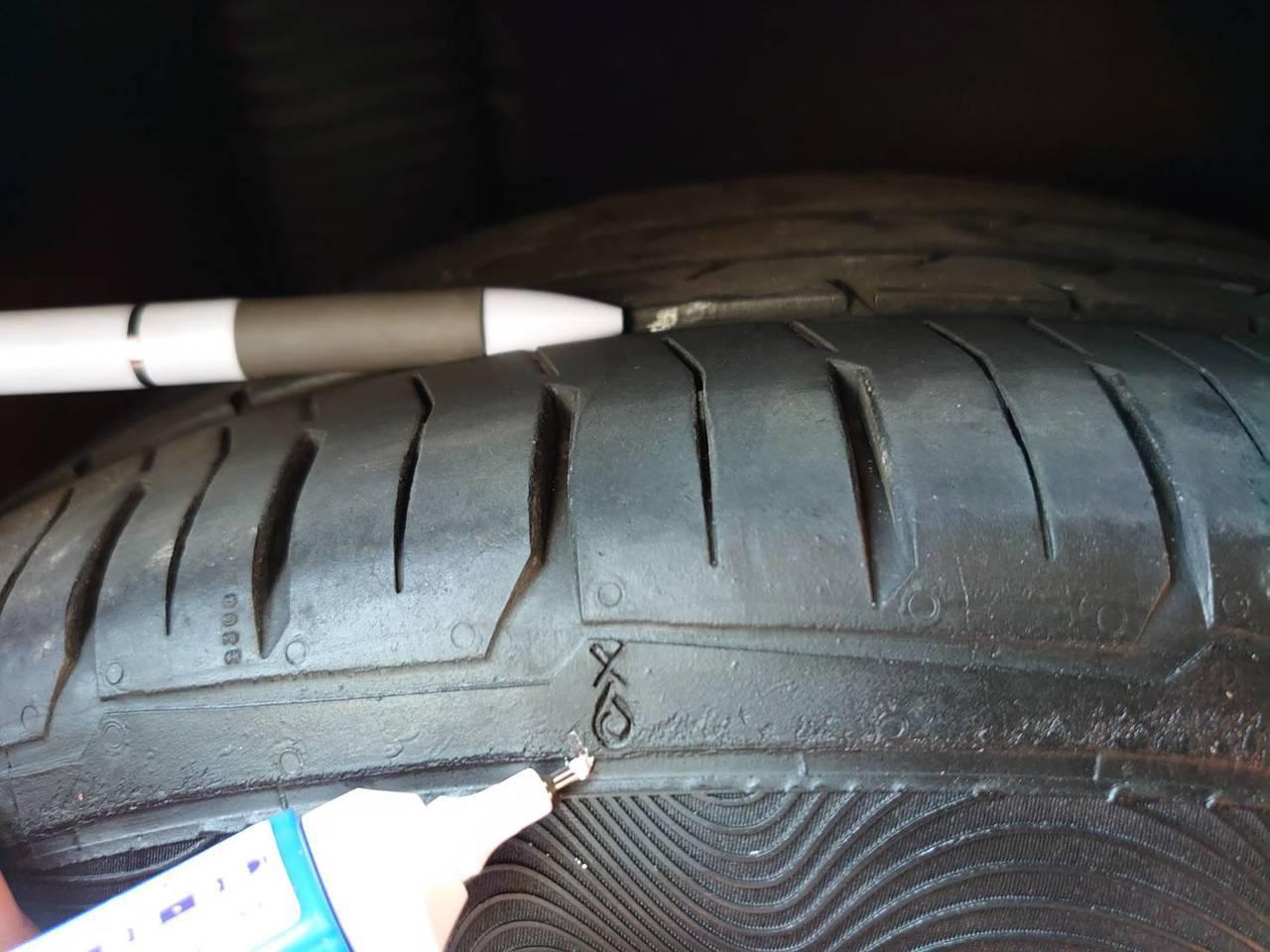 車輪的胎腹與胎面交會處的商標圖案。圖/旗山監理站提供