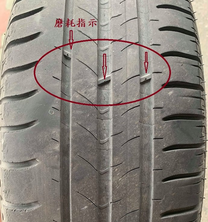 車子輪胎的溝內會有凸出的橡膠塊,俗稱為「痣」,它是磨損指標。圖/旗山監理站提供