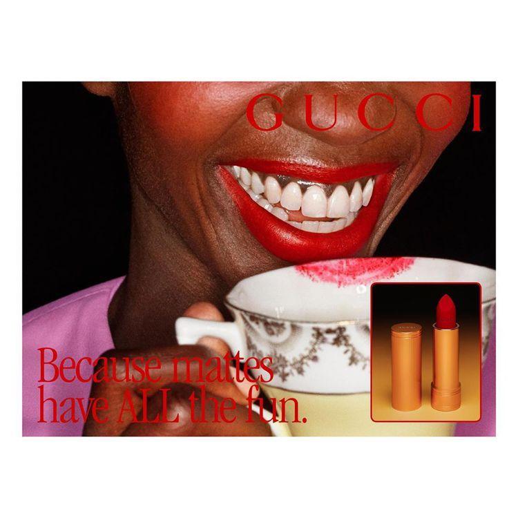 Rouge à Lèvres Mat絨霧唇膏廣告刻意呈現口紅留在茶杯上的樣子,也...