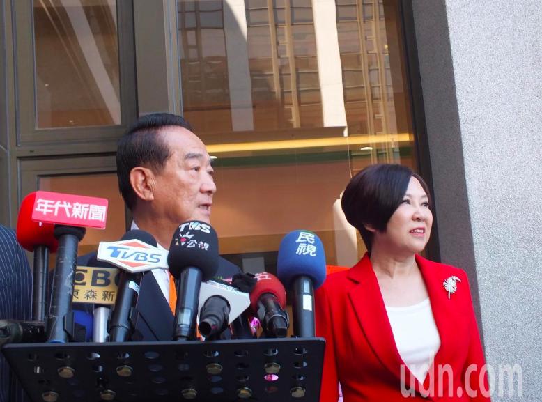 親民黨總統參選人宋楚瑜(左),右為親民黨副總統參選人余湘。記者趙容萱/攝影