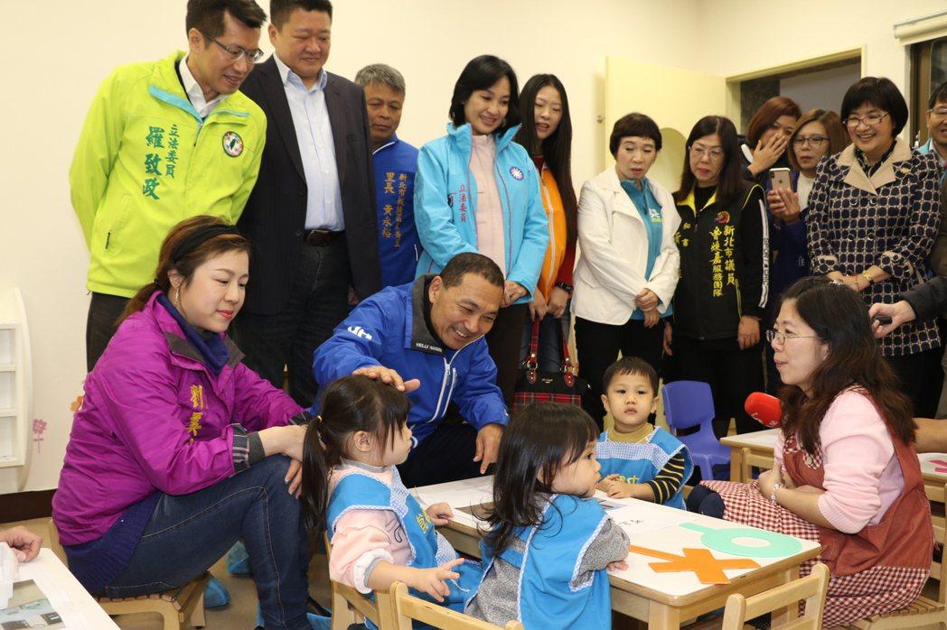 侯友宜在溪崑公托中心扮演育兒專家並表示,要常對孩子說好話,才能建立孩童安全感和自...
