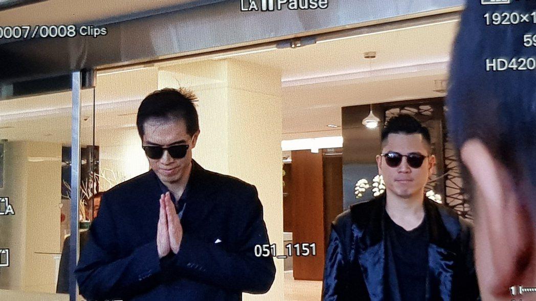 高以翔大哥(左)步出會館。記者杜沛學/攝影