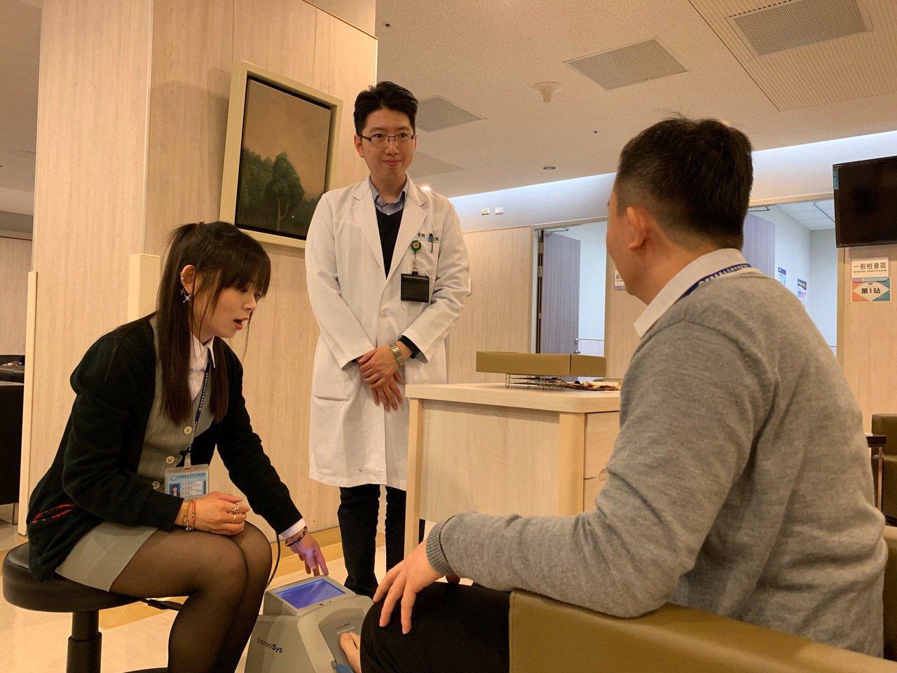 中國醫藥大學新竹附設醫院將在12月12舉辦院慶,擺設10個身體檢測攤位,歡迎鄉親...