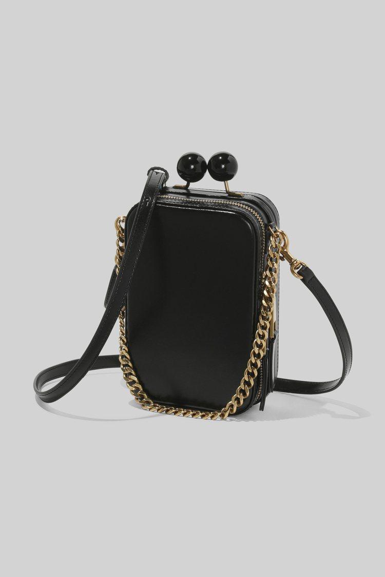 古墨黑復古長型圓珠釦包,22,900元。圖/Marc Jacobs提供