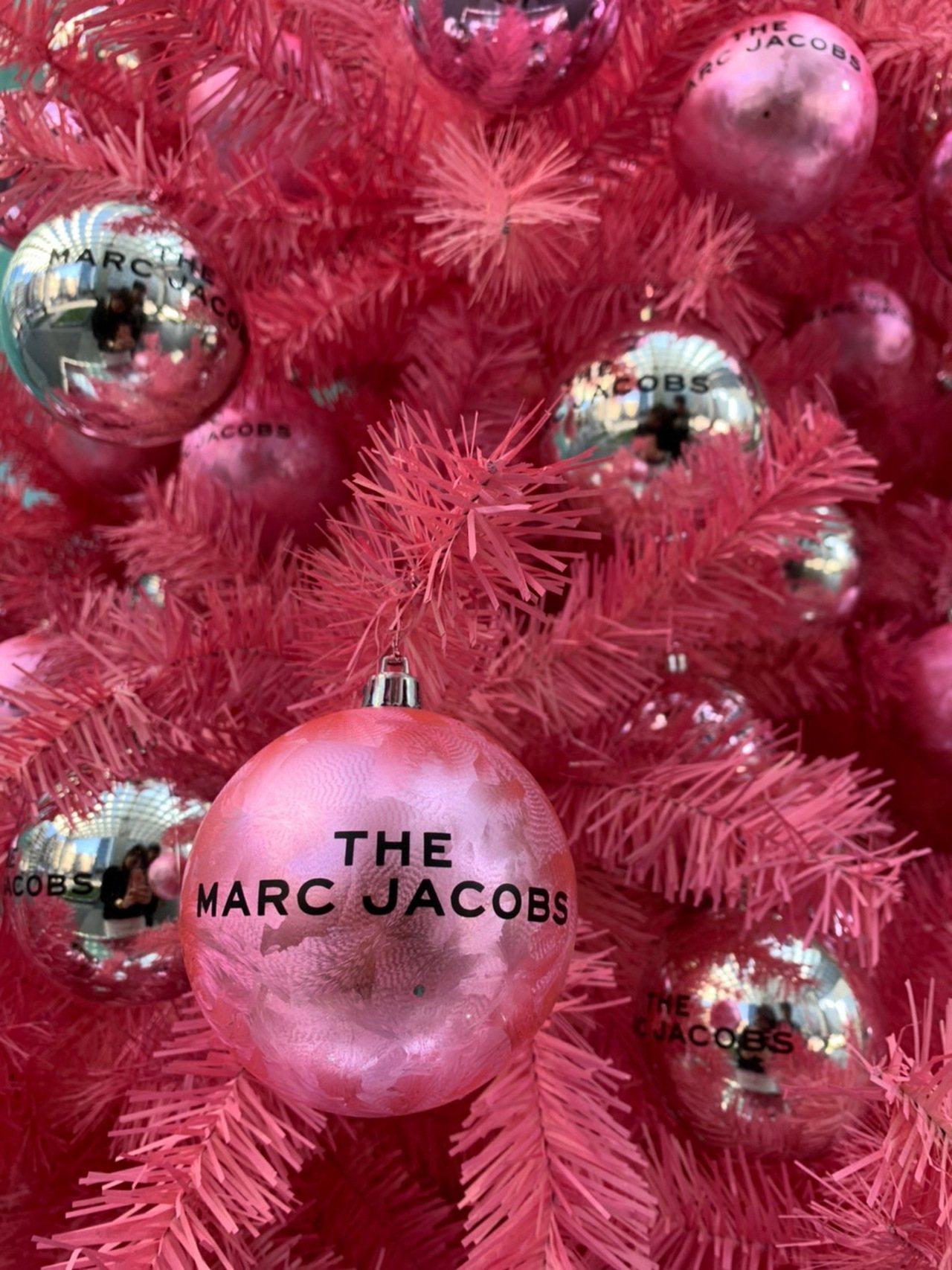 樹上以銀色、粉色的球型掛飾裝飾。圖/Marc Jacobs提供