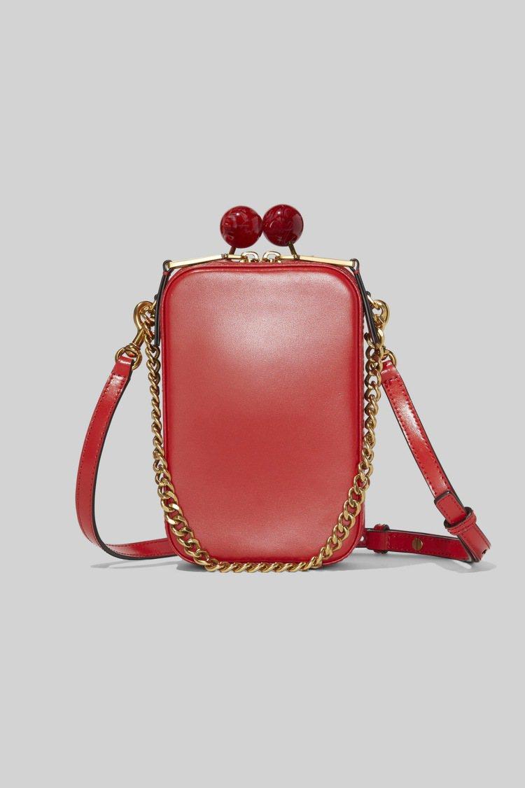 硃砂紅復古長型圓珠釦包,22,900元。圖/Marc Jacobs提供