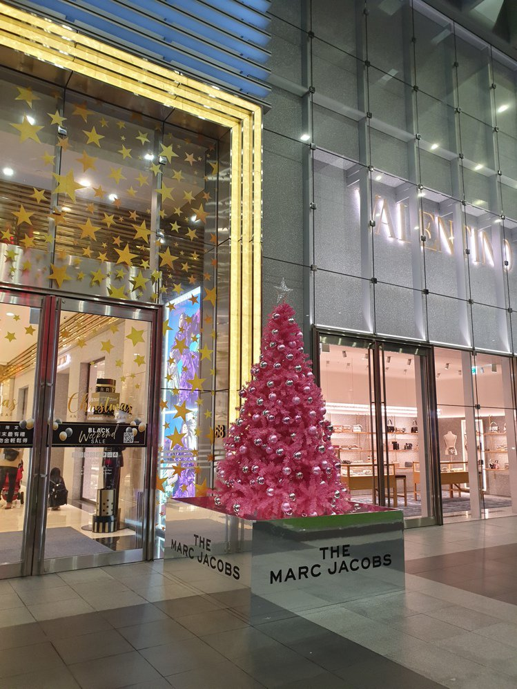The Marc Jacobs耶誕樹即日起到12月31日期間限定在信義微風大門展...