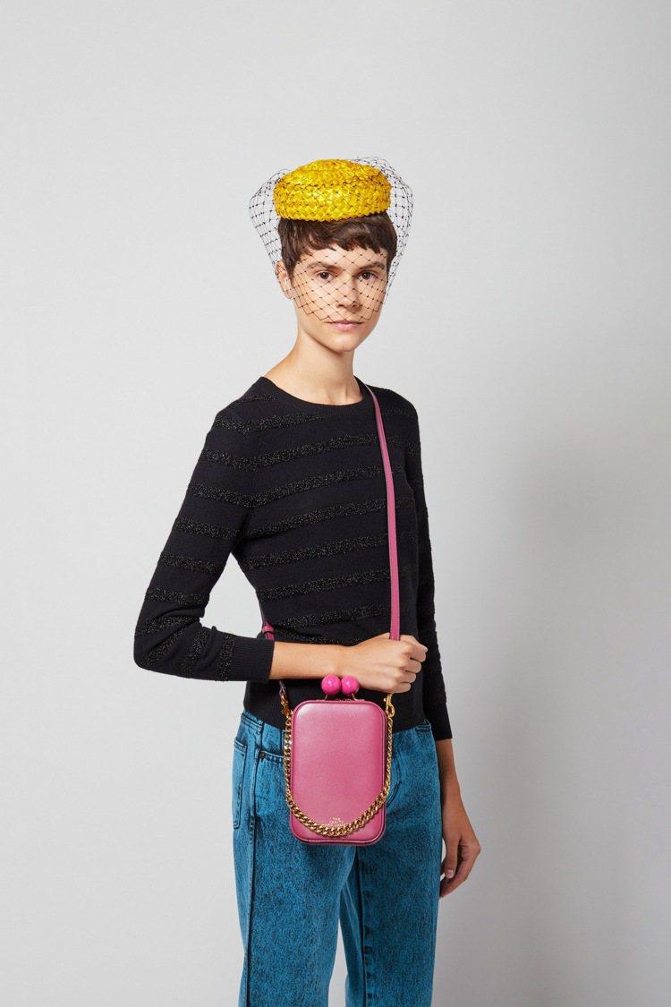 玫瑰粉復古長型圓珠釦包,22,900元。圖/Marc Jacobs提供