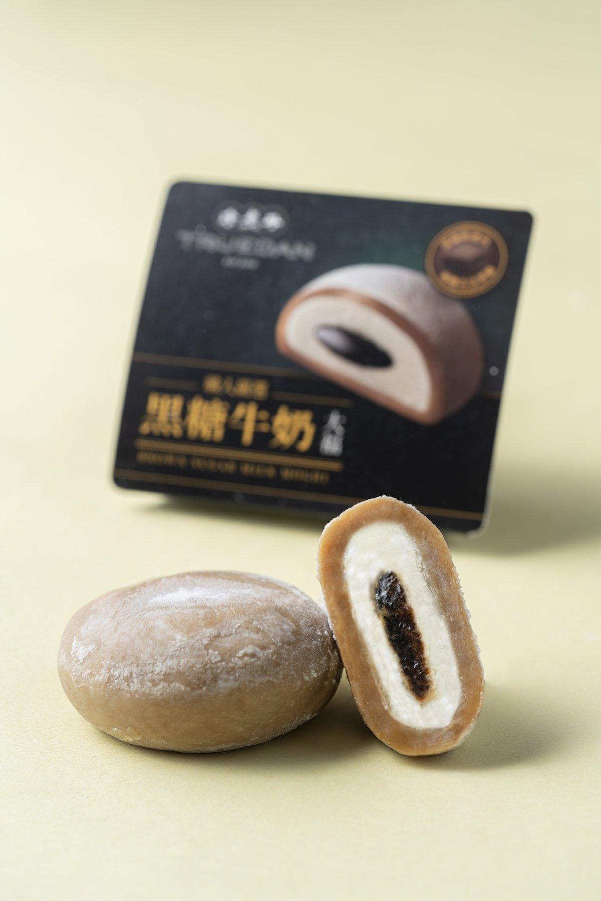 「黑糖牛奶大福」搭配現沖茶飲享用,別有一番滋味。圖/珍煮丹提供