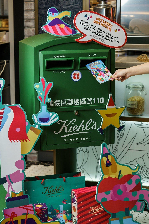 到Kiehls Coffee House消費,免費獲得明信片,還幫你寄出。圖/K...