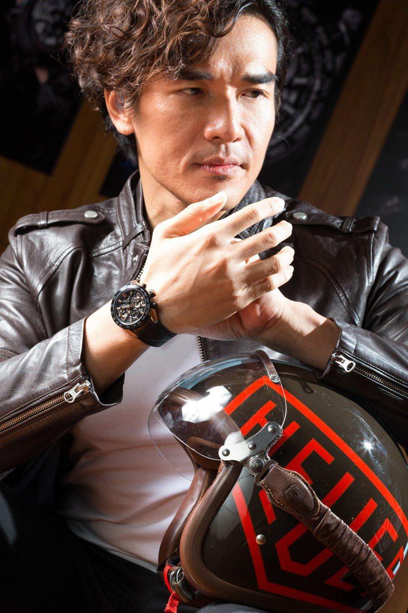 身穿黑色皮衣的楊一展,詮釋泰格豪雅Carrera Heuer 02計時碼表,約30萬2,900元。圖/TAG Heuer提供