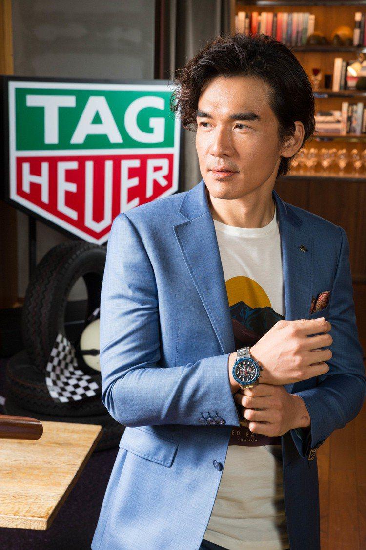 男星楊一展以藍色西裝造型搭配泰格豪雅Carrera Heuer 02計時碼表,約...