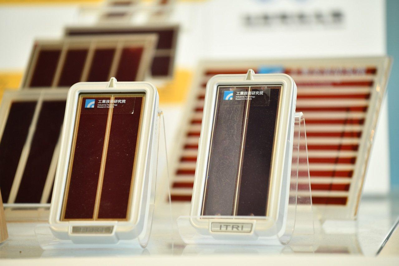 工研院「染料敏化電池技術」打破過去太陽能只能在戶外發電,透過蠟燭等微弱室內照明,...