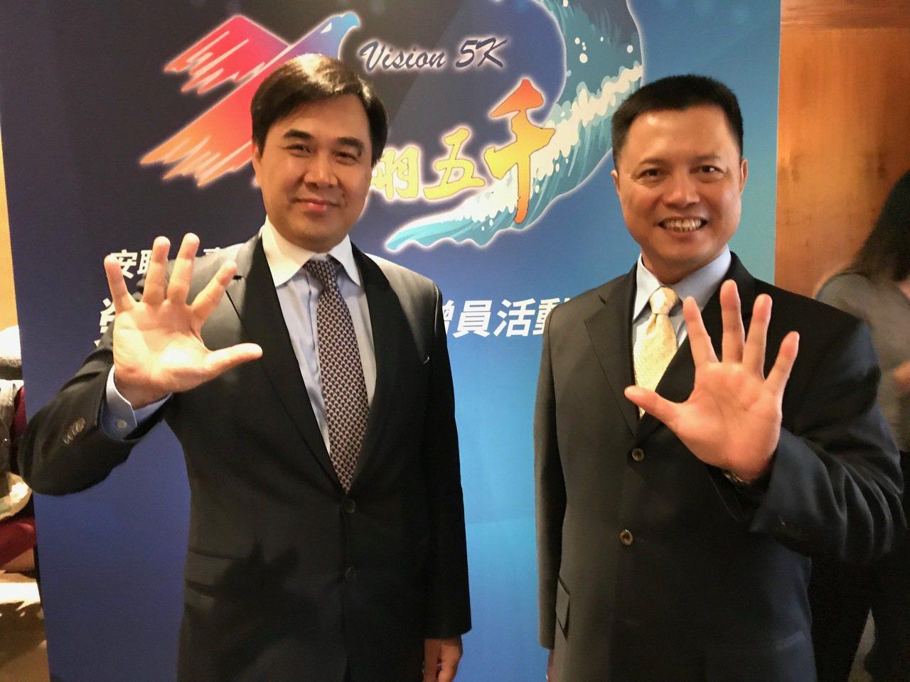 安聯人壽總經理林順才(左)、業務長楊國基(右),雙雙用手掌比出「5」的數字,宣示...