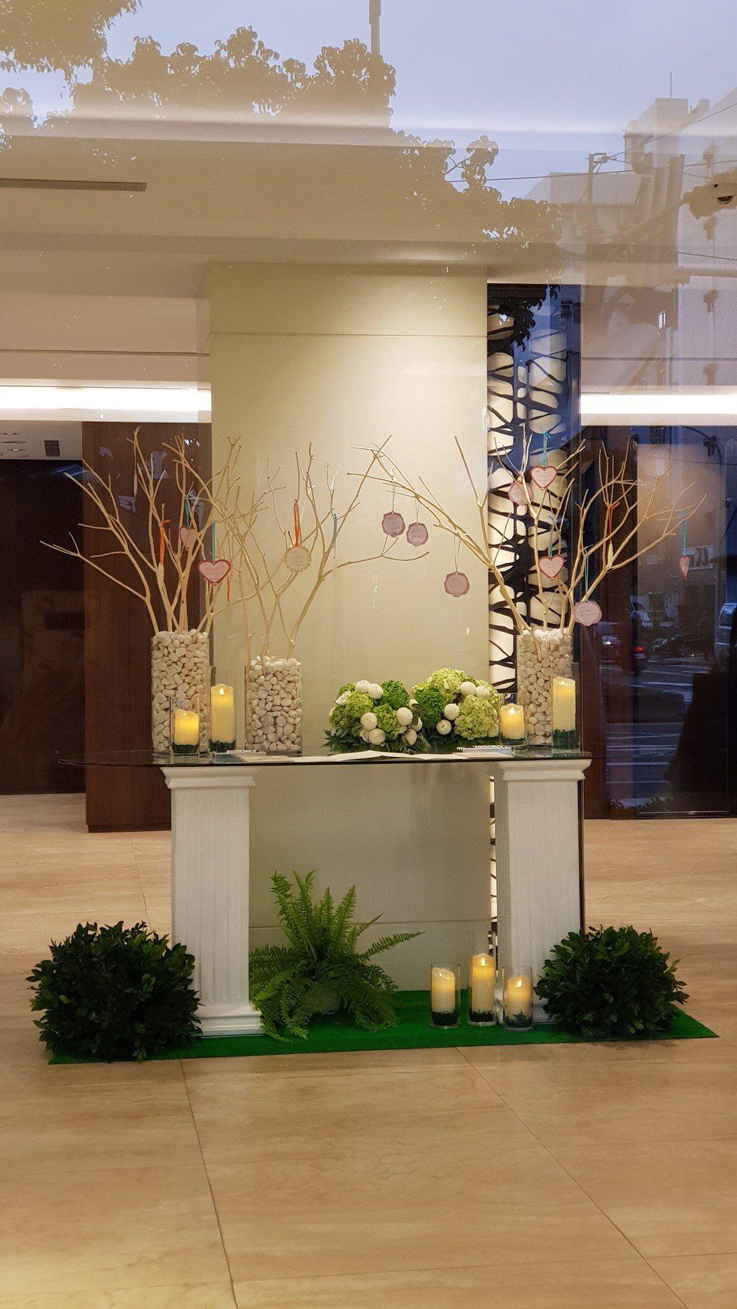 高以翔靈堂會館大廳設置花台。記者杜沛學/攝影