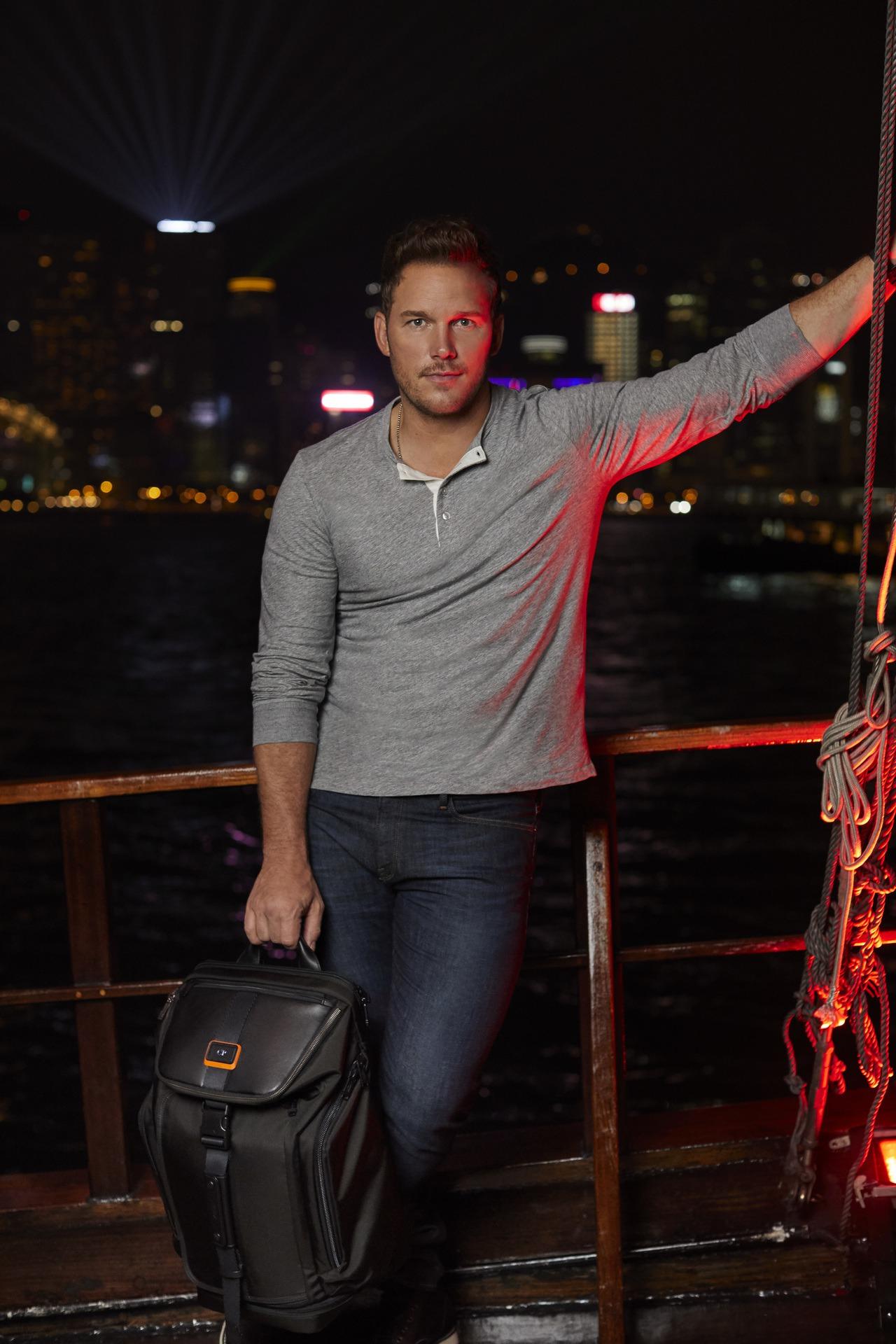 好萊塢男星Chris Pratt親自演繹與TUMI聯名後背包。圖/TUMI提供