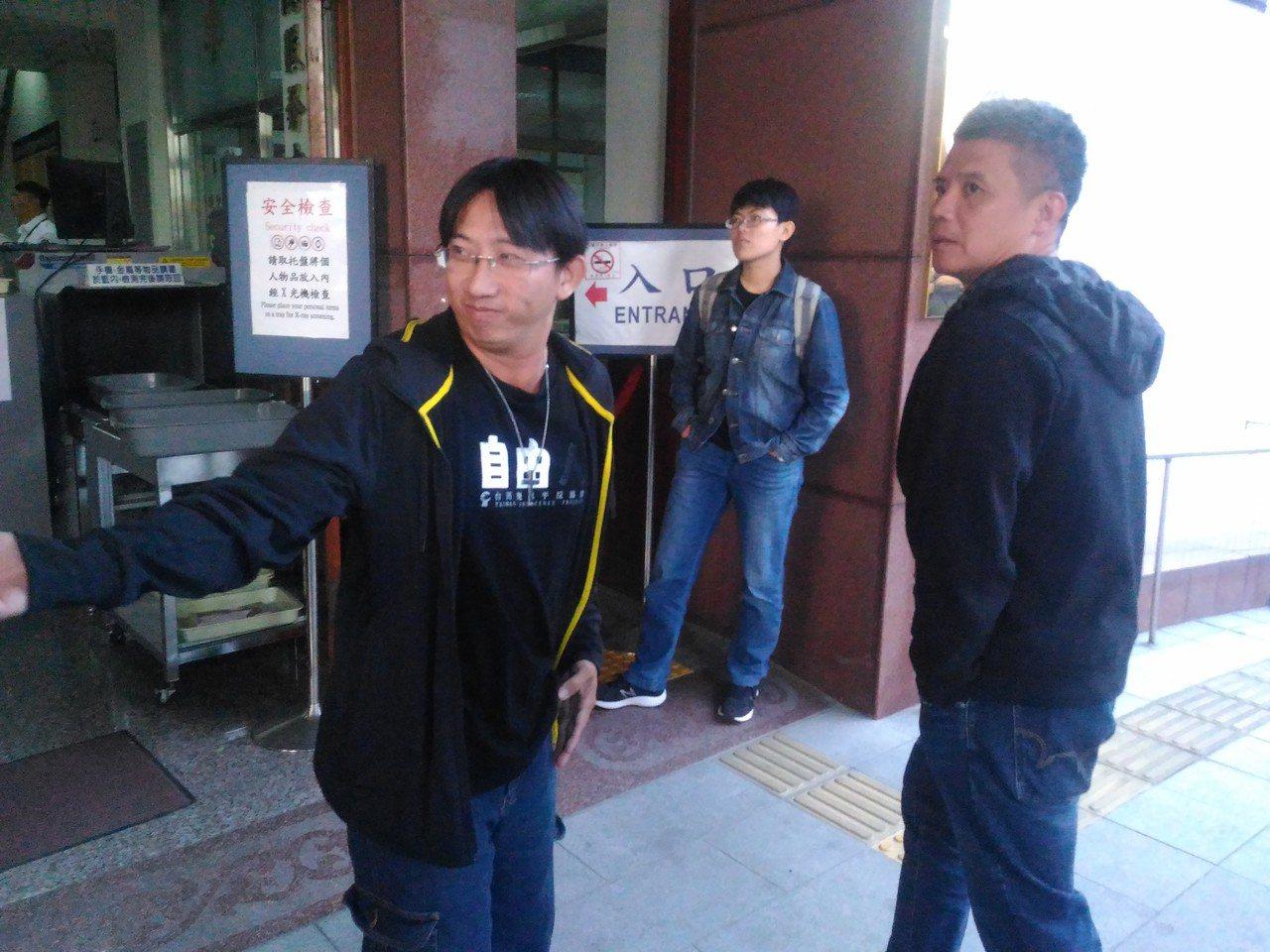 謝志宏(左)到台南高分院後由友人陪同離去。記者黃宣翰/攝影