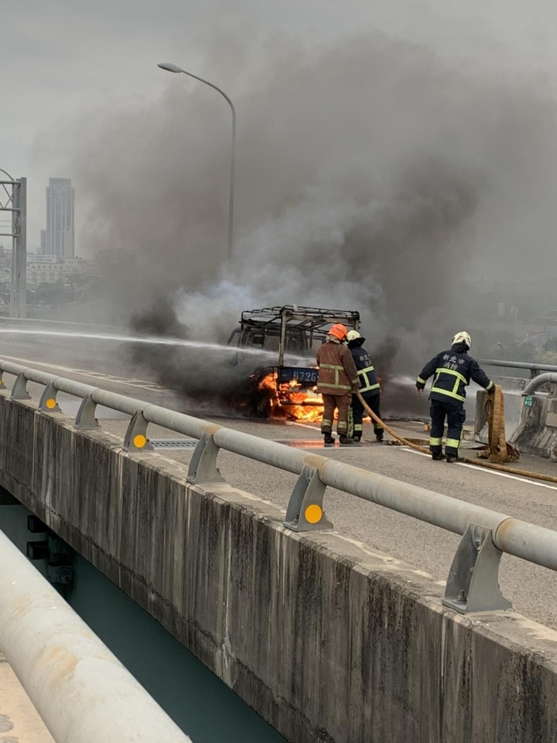 消防人員抵達後10分鐘撲滅火勢,但小貨車已經燒得精光。記者巫鴻瑋/翻攝