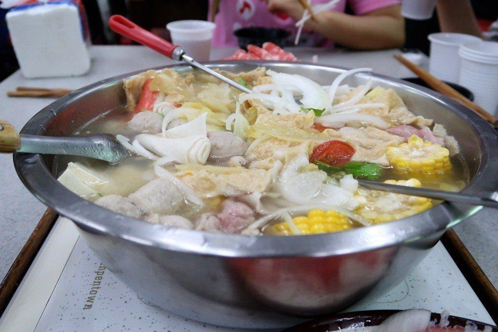 新光醫院營養師李雨珊提醒,吃火鍋可先煮青菜、喝湯,一旦燙過肉品、煮過火鍋料,就不...