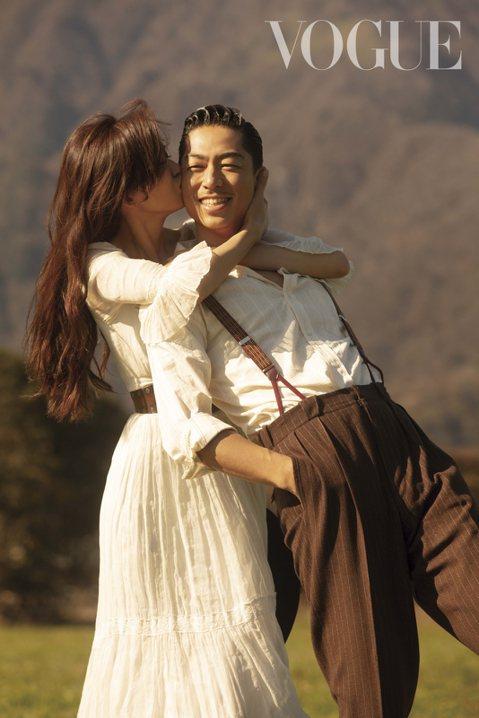 林志玲和AKIRA婚後接受「VOGUE」雜誌專訪,小倆口分享從相識到相戀的愛情故事。AKIRA對林志玲幾乎是一見鍾情,而林志玲則是在合作舞台劇後,才開始對AKIRA有好感,終於在林志玲需要陪伴之際,...