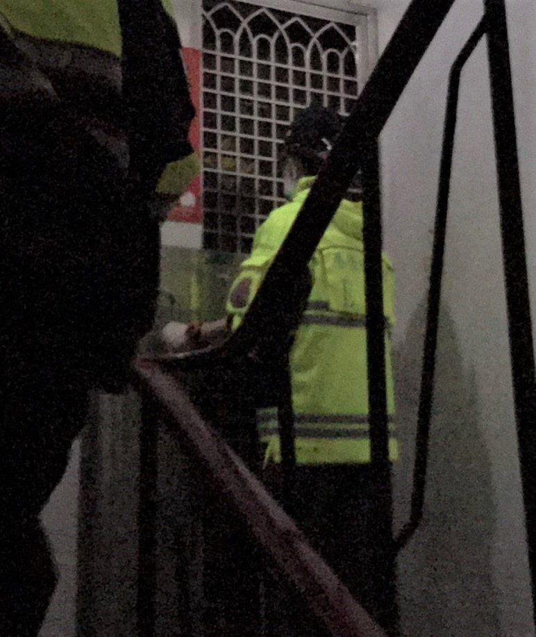 基隆市消防局救護人員下午出勤,裝備還未拿走屋主就鎖門。救護人員找警方幫忙,聯絡房東開門才取回裝備。記者邱瑞杰/翻攝