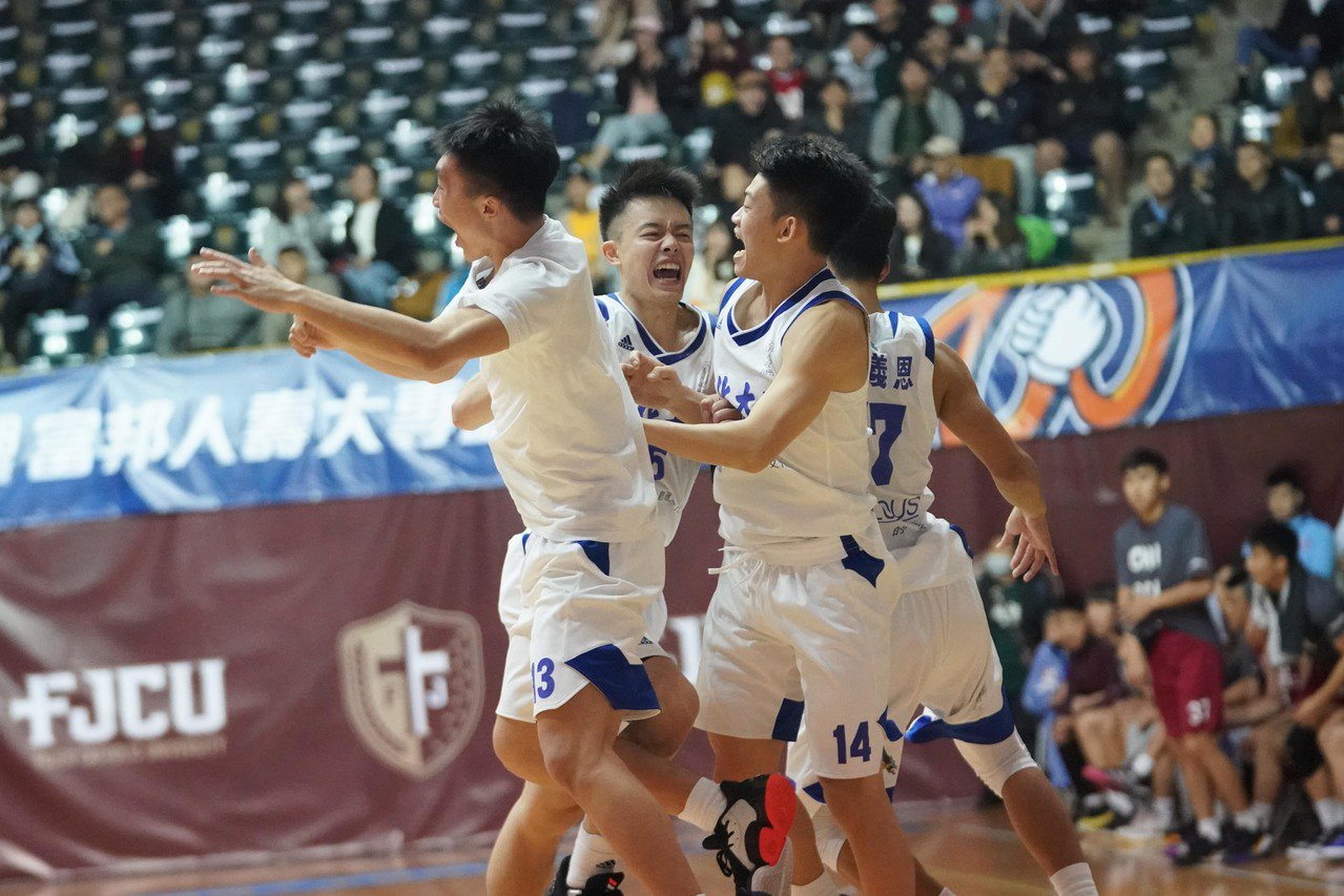 文化驚險收下第3勝,球員開心慶祝。圖/大專體育總會提供