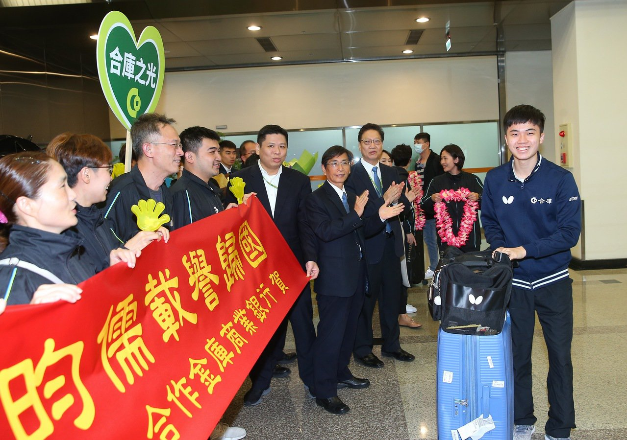 台灣桌球「一哥」林昀儒(右)在2019年男子世界盃桌球賽奪得銅牌,創下台灣在男子...