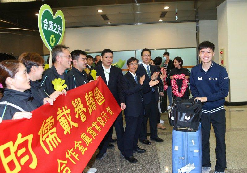 台灣桌球「一哥」林昀儒(右)在2019年男子世界盃桌球賽奪得銅牌,創下台灣在男子桌球世界盃史上最佳紀錄,今天回台時許多合庫人到松山機場替他接機。記者余承翰/攝影