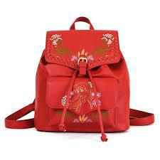 Danielle Nicole以安娜的紅棕髮與民族風服裝特色打造後背包。圖/摘自...