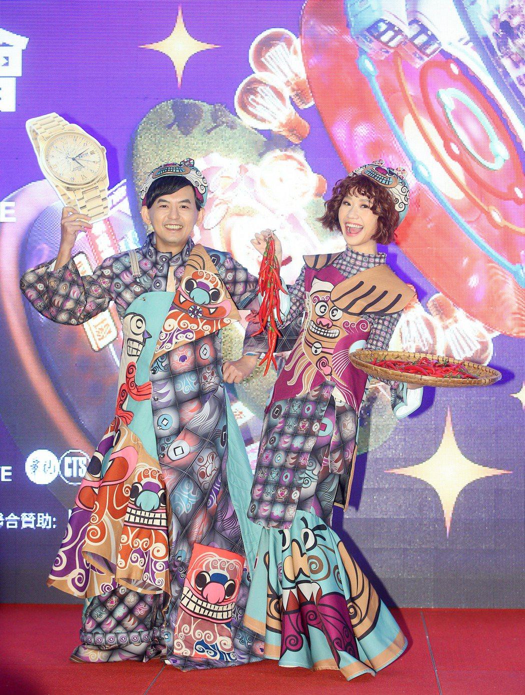 黃子佼和Lulu穿上年獸造型服。記者余承翰/攝影