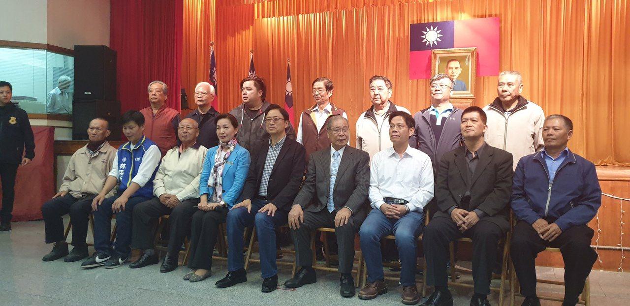 國民黨副總統參選人張善政,今晚在台中市,參訪梧棲區農會並到廟參拜。記者游振昇/攝...