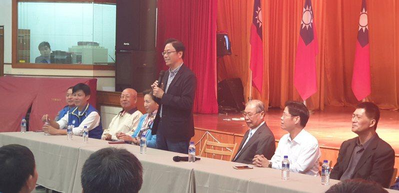 國民黨副總統參選人張善政,今晚在台中市,參訪梧棲區農會並到廟參拜。記者游振昇/攝影