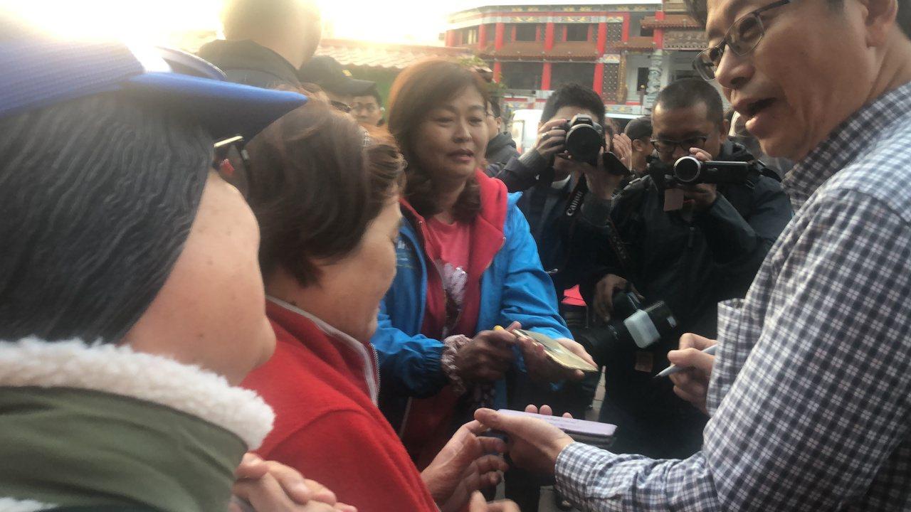 張善政自己僅穿襯杉,一直叮嚀民眾要穿乎燒。記者陳秋雲/攝影