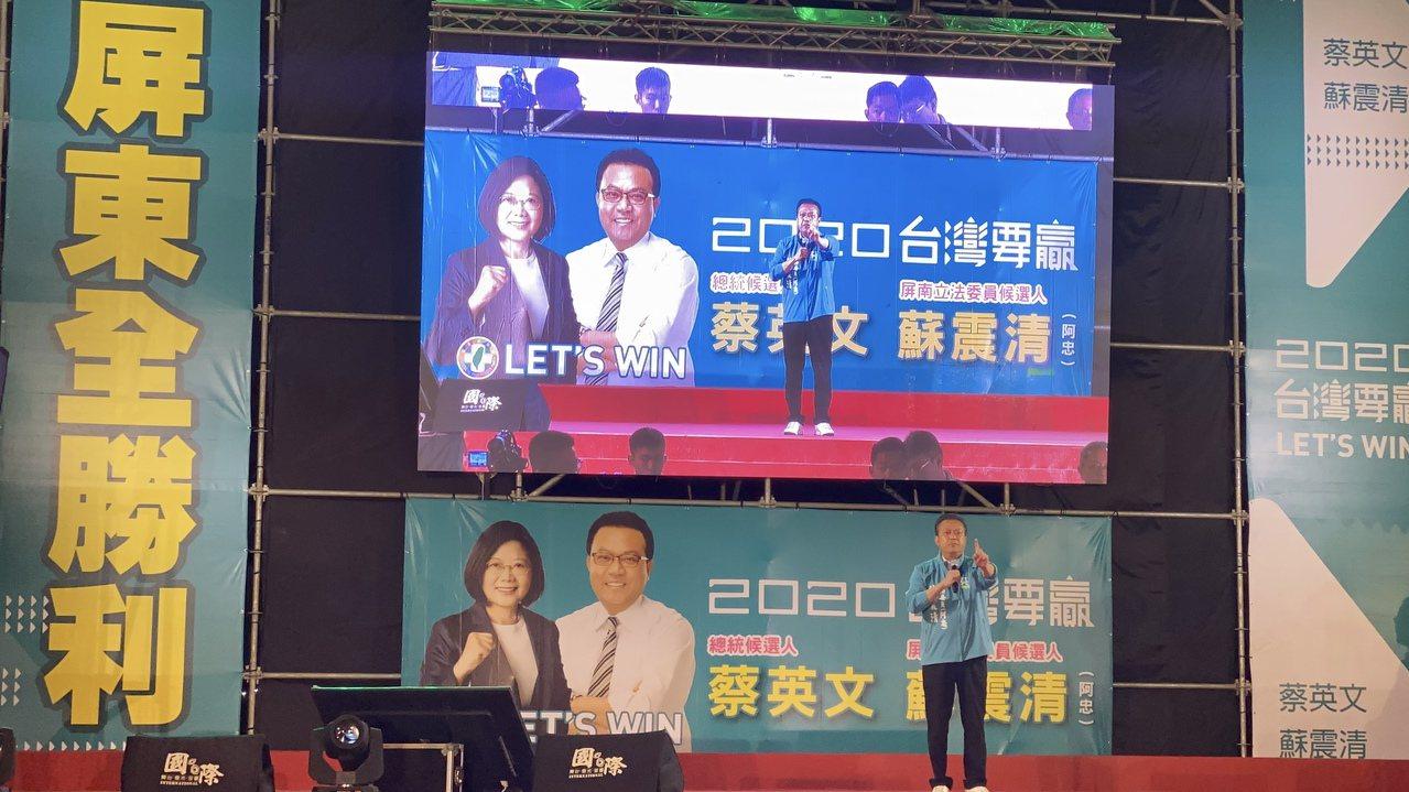立委蘇震清說他不是在跟國民黨參選人周佳琪在選舉,而是在跟她背後的父親屏東縣議長周...