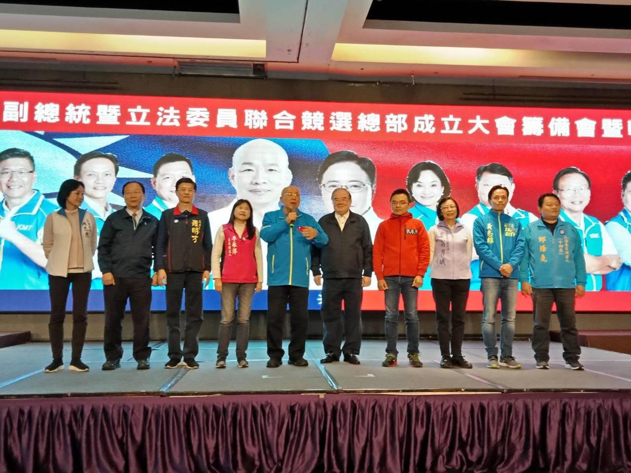 國民黨榮譽主席吳伯雄(左5)信心喊話,時機到了新北市長侯友宜一定會接下新北輔選工...