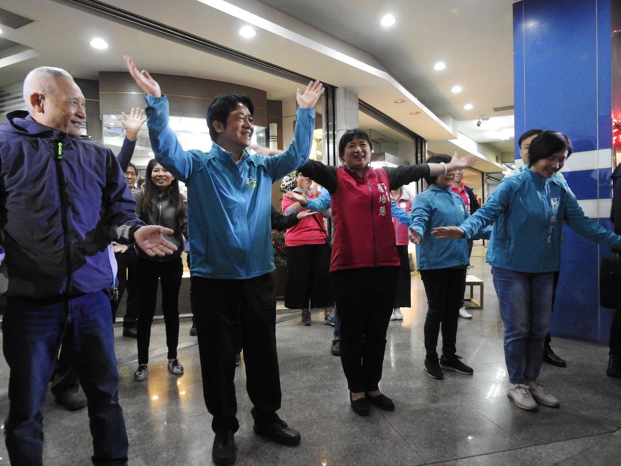民進黨副總統參選人、前行政院長賴清德(左2)今陪同立委蔡培慧(左3)拜票,還在路...