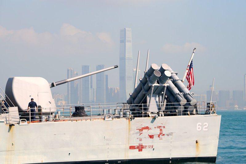 大陸決定暫停審批美軍艦機赴港休整的申請。圖為2018年11月21日美軍「切斯勞維爾」號巡洋艦抵達香港休整的資料照。(中通社)