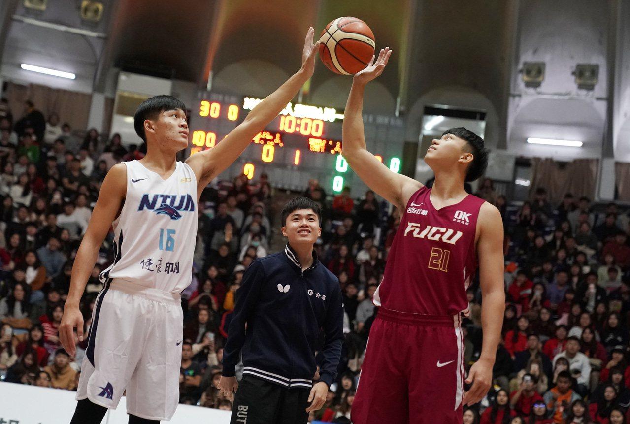 林昀儒(中)擔任輔大和台藝大比賽的開球嘉賓。圖/大專體育總會提供