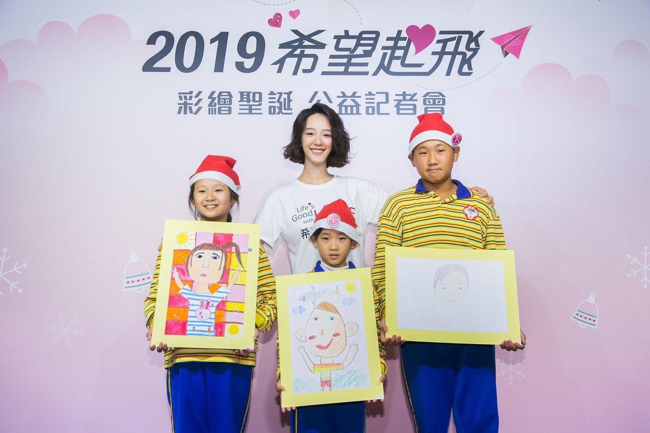 LG為台南中洲國小學童打造彩繪聖誕希望畫展,孩子們並與孟耿如分享自畫像創作。圖/...