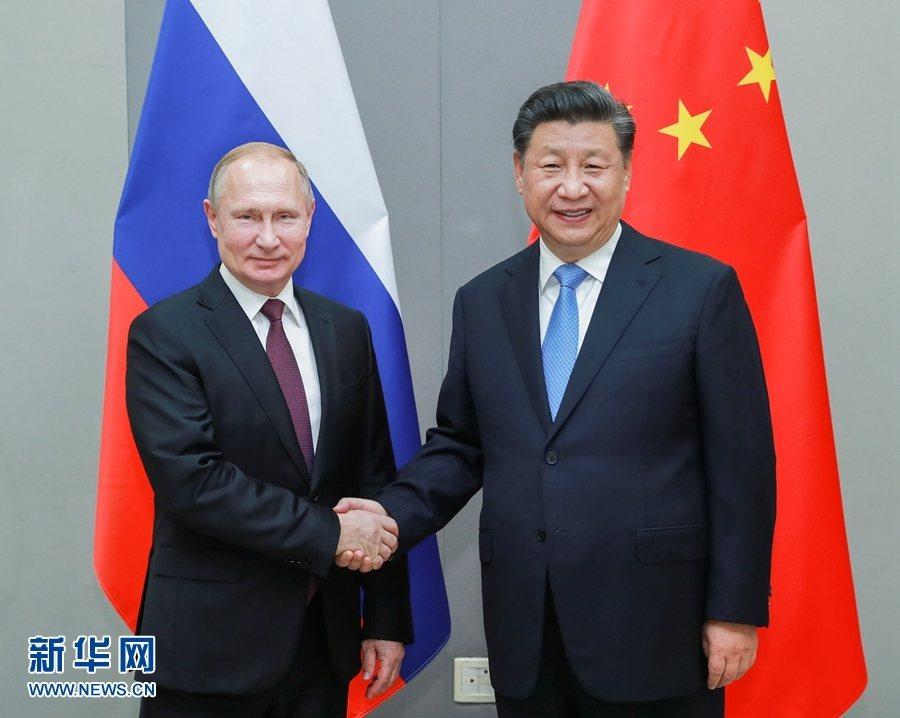 大陸國家主席習近平(右)上月在巴西會見俄羅斯總統普亭。(新華社)