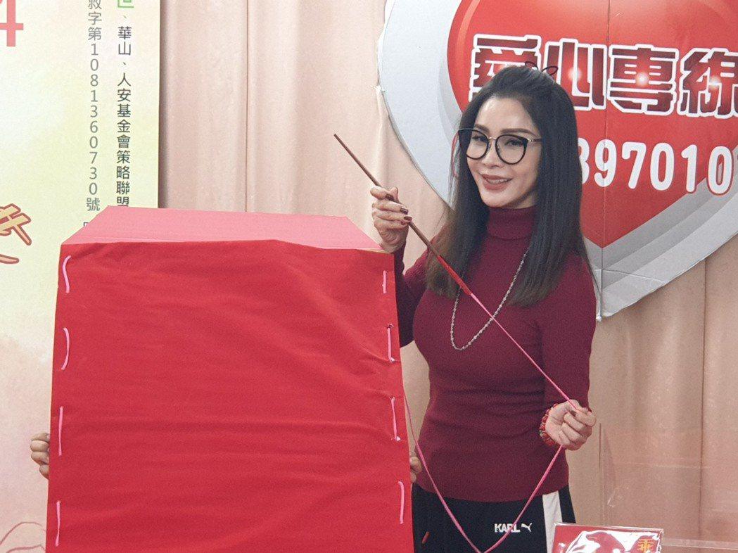 陳美鳳縫製大紅包。記者李姿瑩/攝影