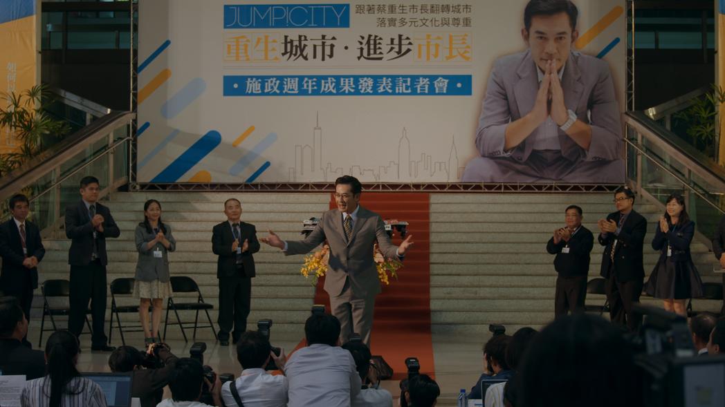 柯叔元在劇中參選市長造勢畫面。圖/民視提供