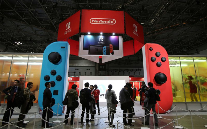 任天堂Switch預期今年年終購物季將持續熱賣,家掌合一的特性讓遊戲推出更有效率,維持住銷售動能。美聯社