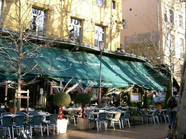 法國超過200年歷史的兩個男孩咖啡廳也傳出因火災燒毀消息。示意圖/摘自維基百科