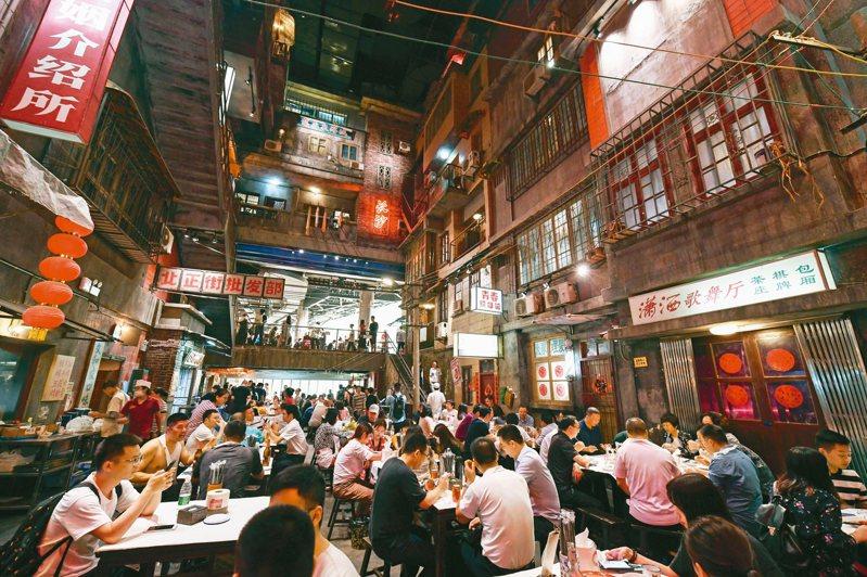 文和友老長沙龍蝦館內坐滿了食客。該餐廳擁有近5000平方米的超大空間,融合了老長沙的人文情懷和特色餐飲的新創意,還原了上世紀八十年代老長沙的風貌。 中新社