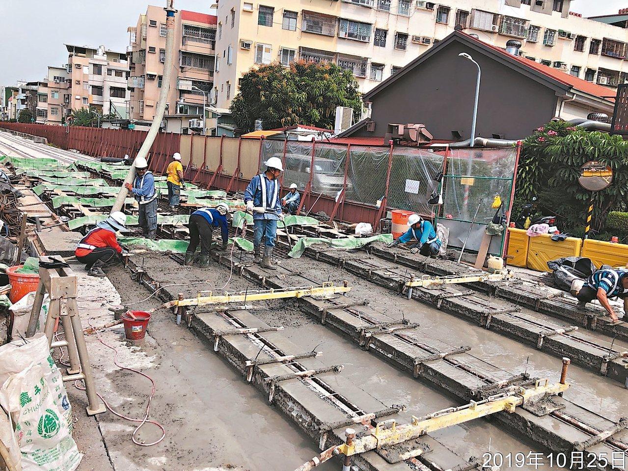 高雄輕軌二階工程無爭議路段仍持續施工,明年底可望先行完工。 圖/高雄市捷運局提供