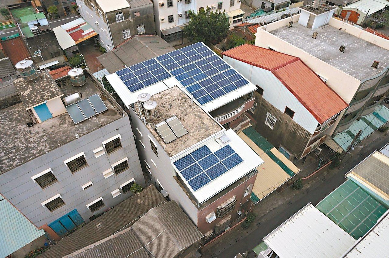 高雄市政府鼓勵民眾屋頂違建改為光電設備,環保發電又有綠金可賺。 圖/高雄市違建處...