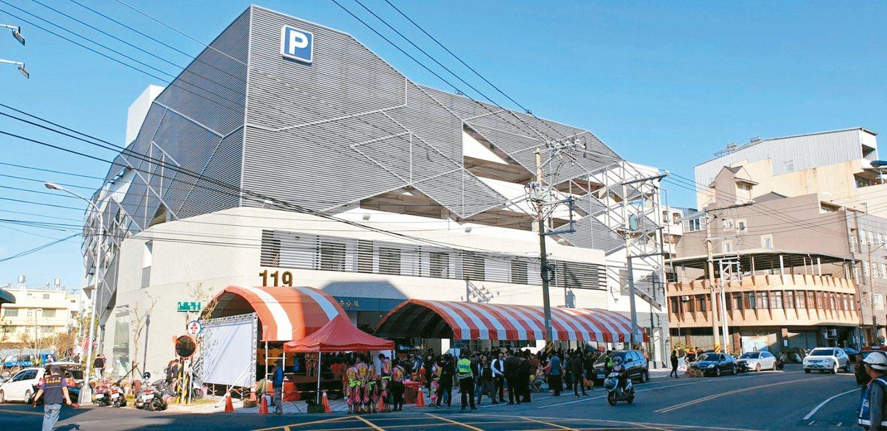 中市豐南消防分隊新廳舍落成,同時也是育英停車場啟用,一地多用。 記者游振昇/攝影